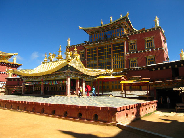 Diqing China  City new picture : Sumzanling Monastery is is located on a mountain slope of Zhongdian ...